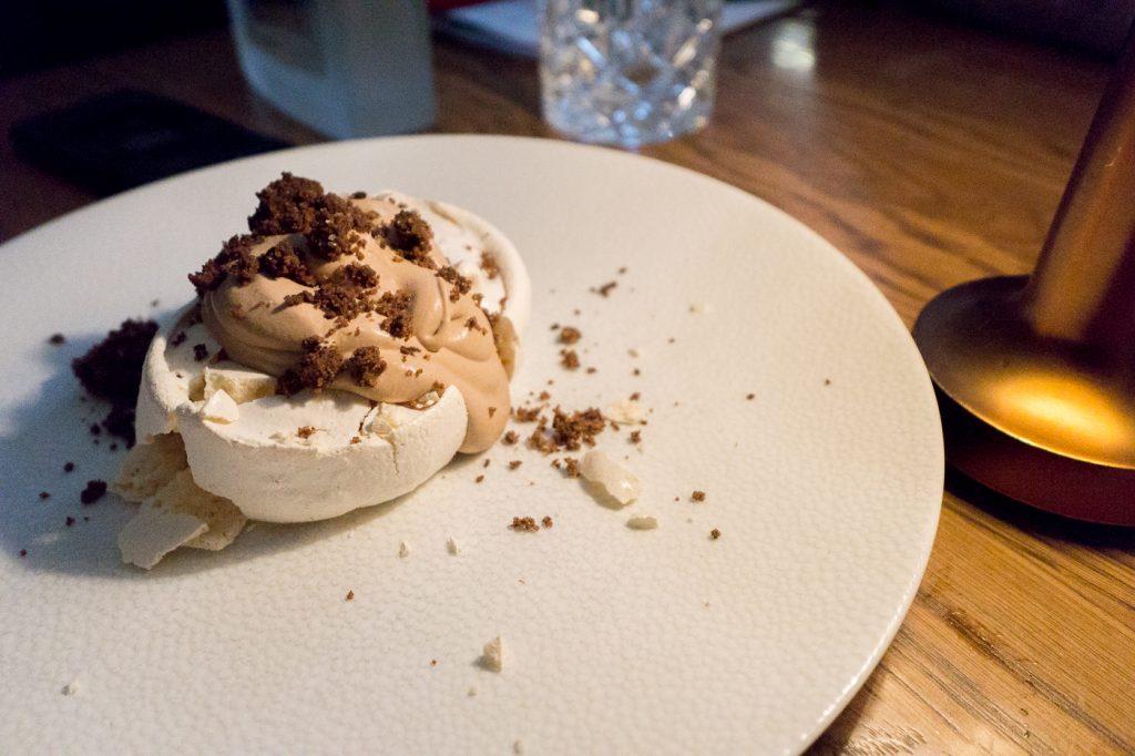 Dessert meringue et chocolat du Riviera à Ottawa