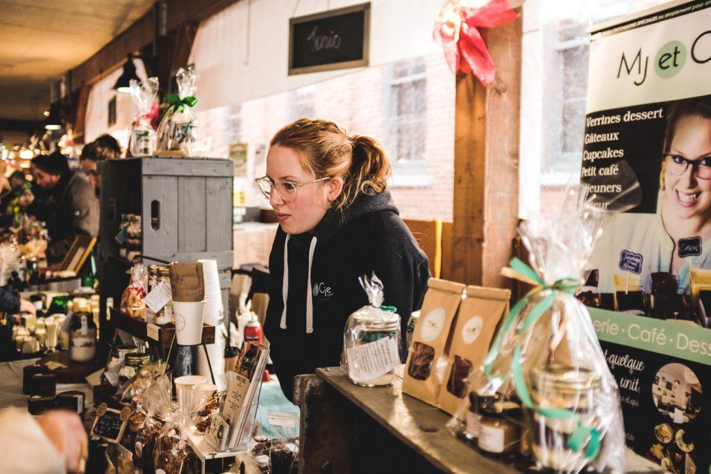 Vendeuse au marché de Noël du Vieux-St-Jean dans le Haut-Richelieu