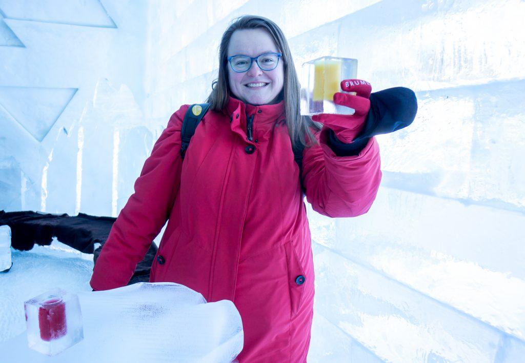 Jennifer avec cocktail de glace de l'hôtel de glace de Québec