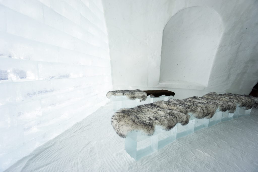 Bancs de la chapelle de glace de L'Hôtel de Glace du Village Vacances Valcartier de Québec