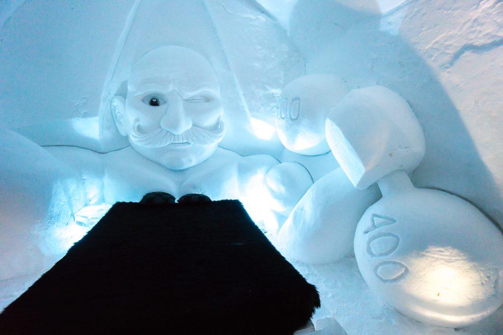 Chambre de l'hôtel de glace - personnage avec haltères