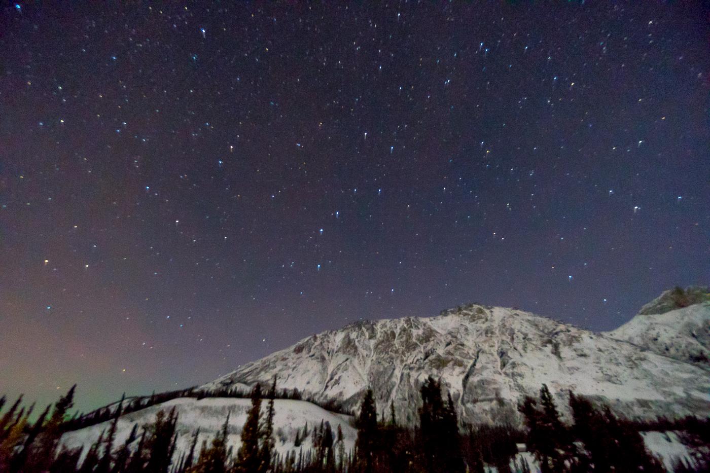 ciel coloré et étoiles au Gray Ridge Lodge de Mount Lorne Yukon