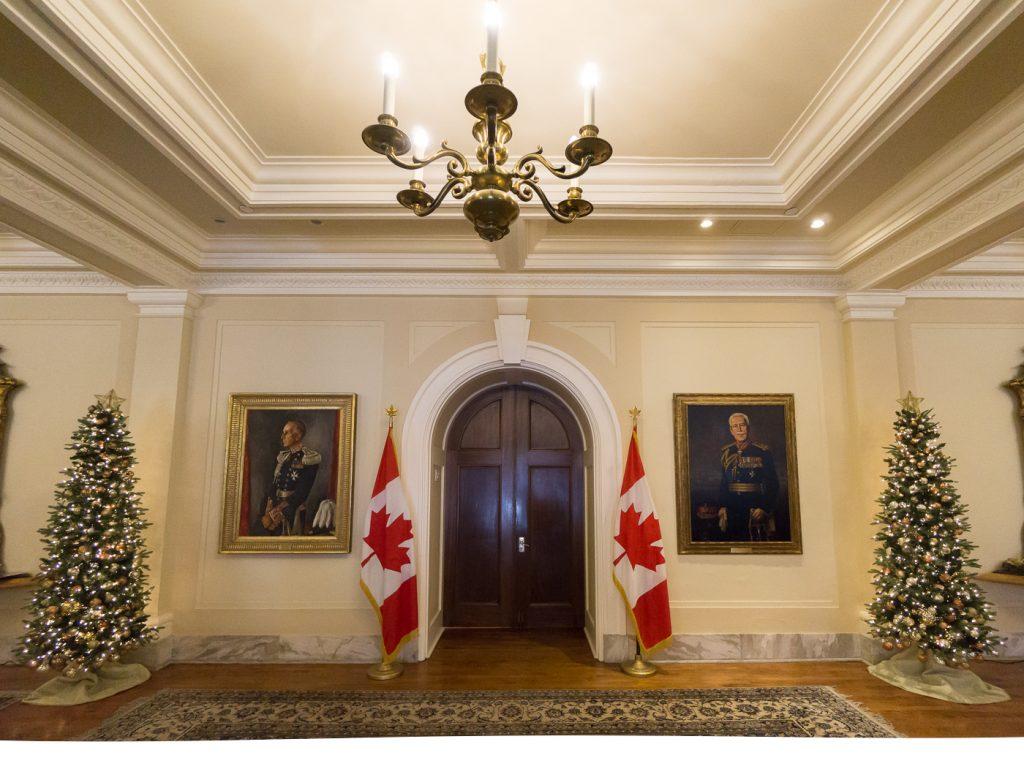Entrée de Rideau Hall - Drapeaux du Canada et sapins