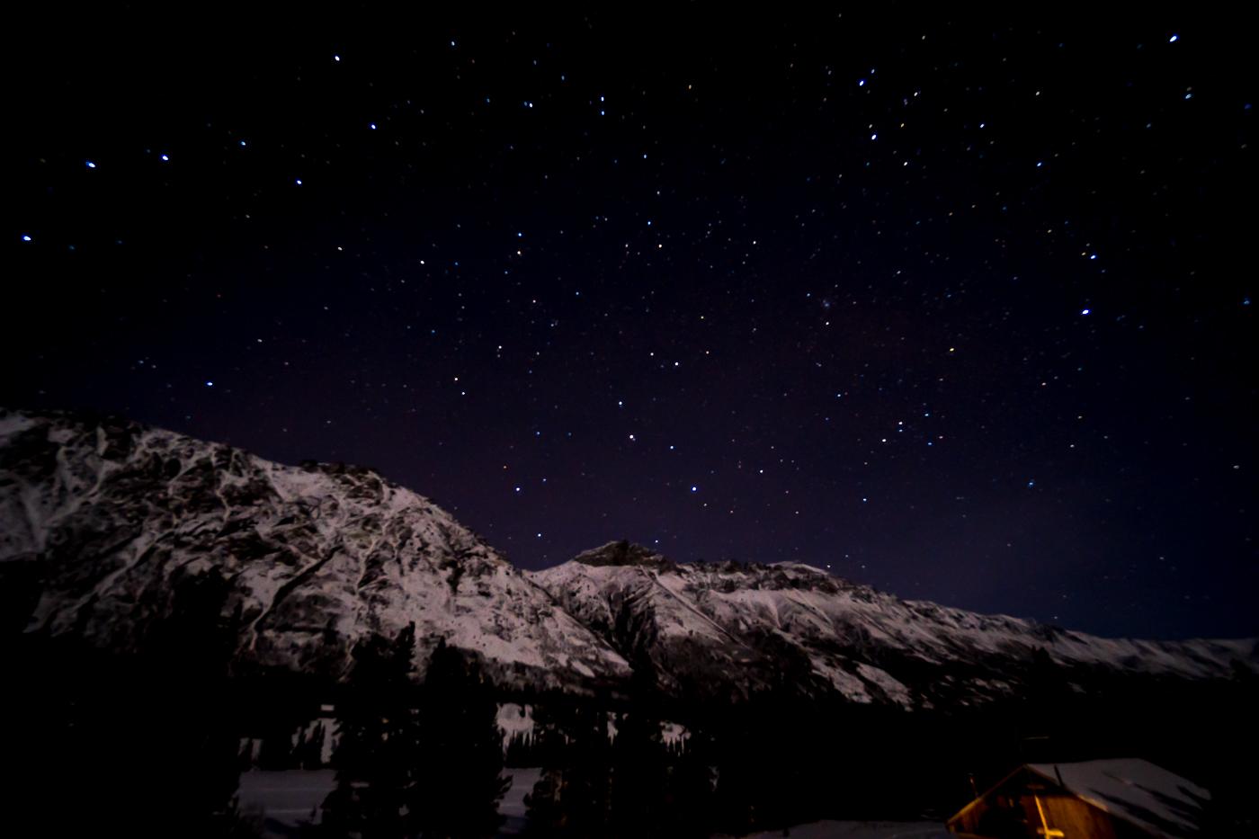 montagnes et ciel étoilé à Gray Ridge Lodge, Whitehorse, Yukon en hiver