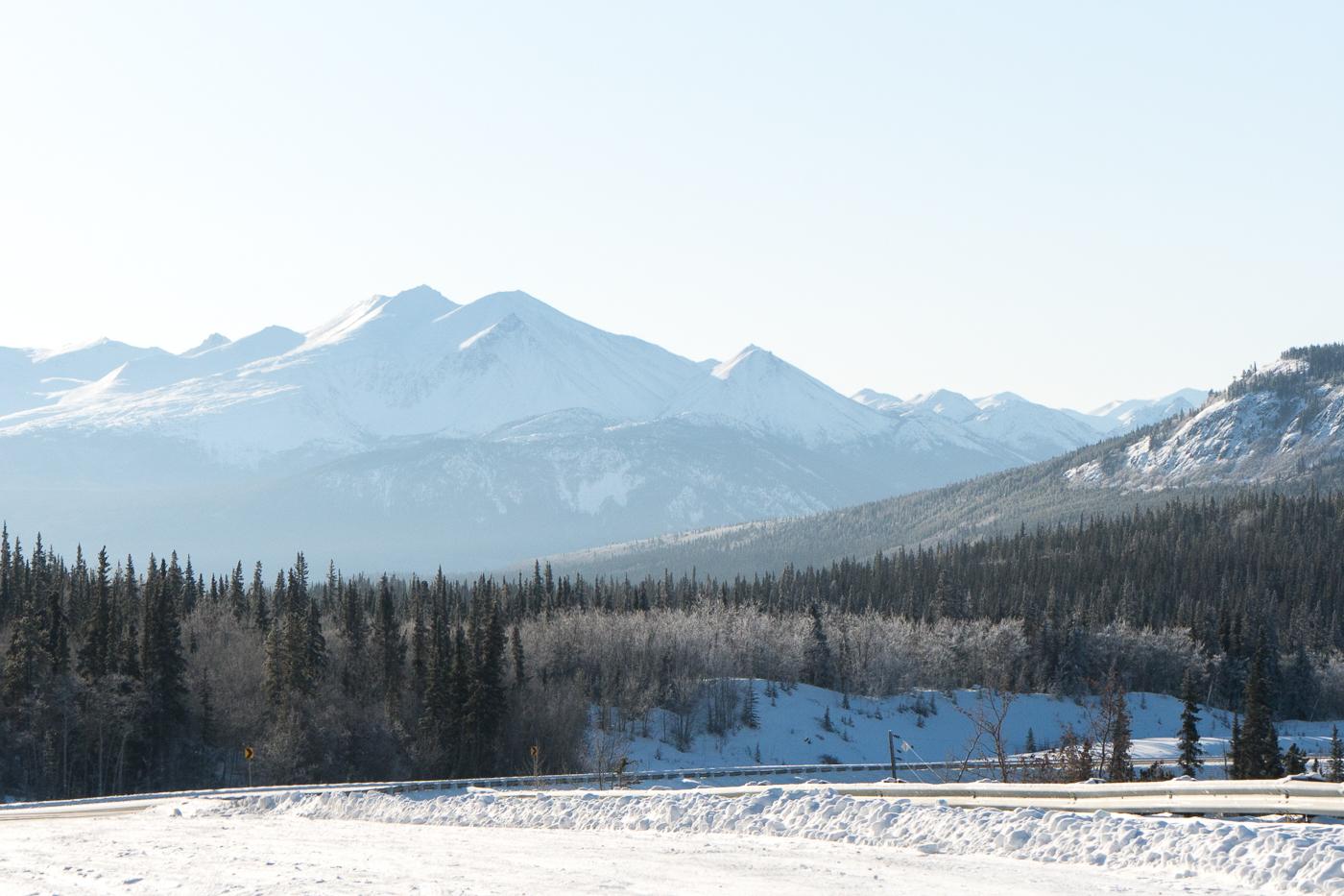 Montagnes lors d'un roadtrip au Yukon sur la Alaska Highway