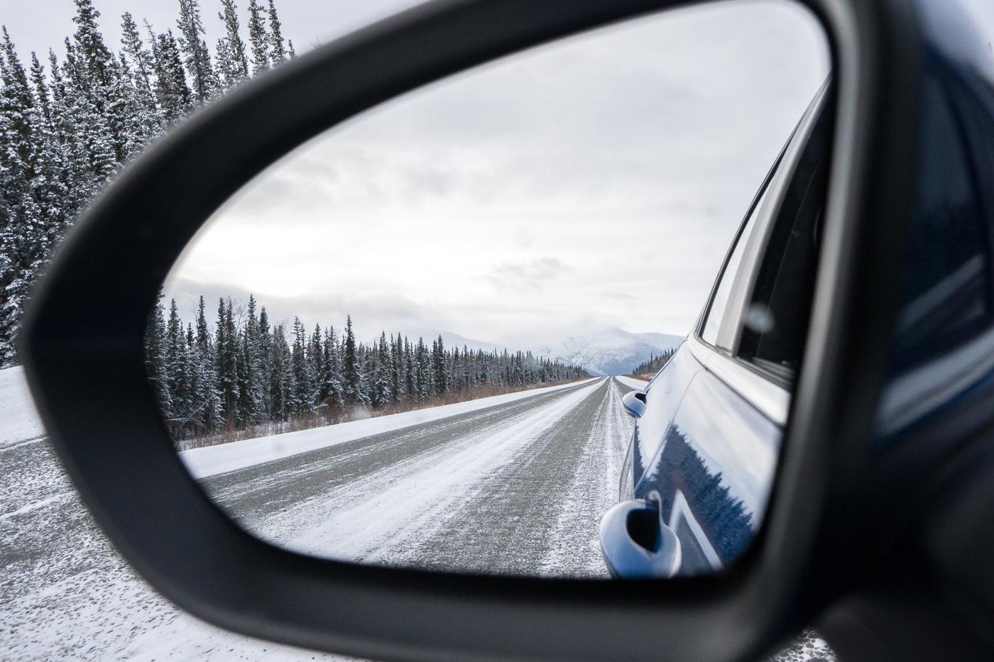 À faire au Yukon, la route enneigée de l'Alaska Highway