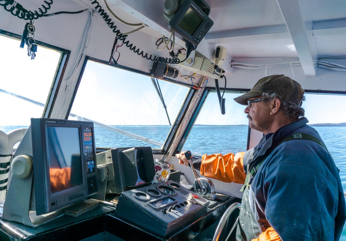 Jeannot aux commandes de son bateau homardier