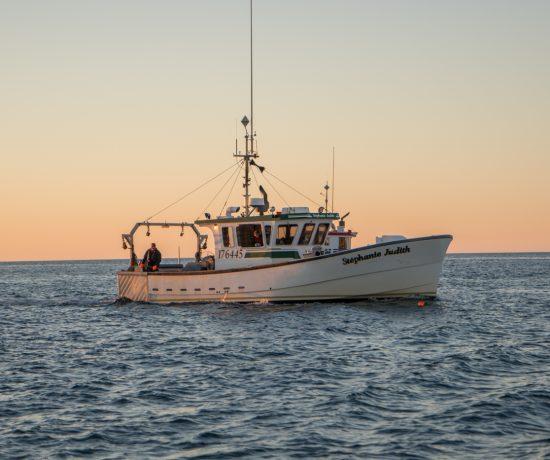 Lever du soleil à la pêche aux îles de la Madeleine
