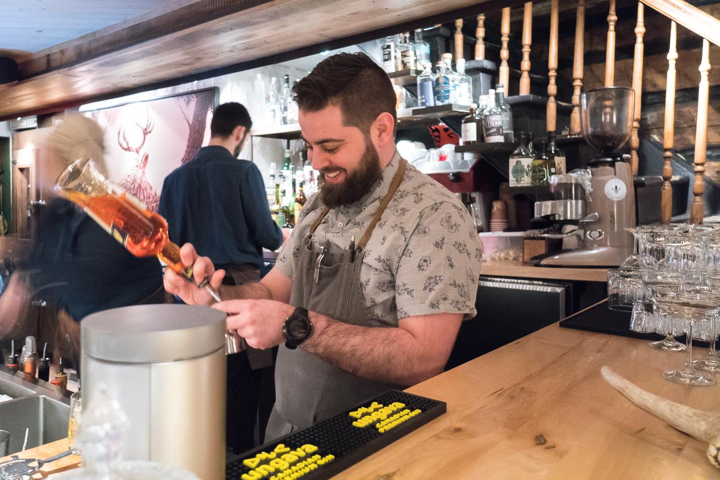 Mathieu, barman Le Buck pub gastronomique de Trois-Rivières à table