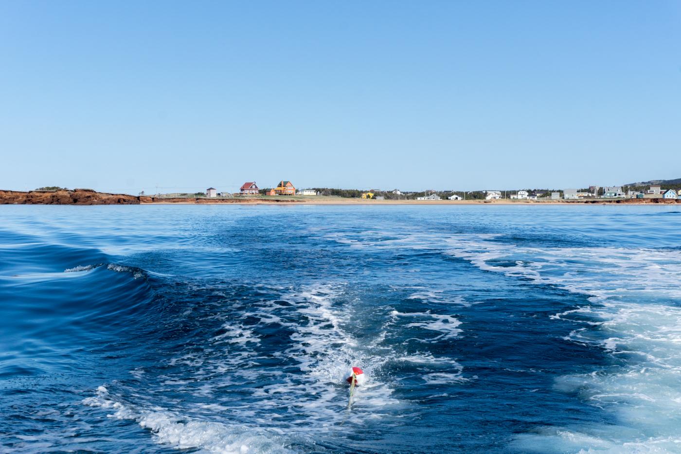 meur bleue devant le Gros-Cap - îles de la Madeleine, Québec, en bateau