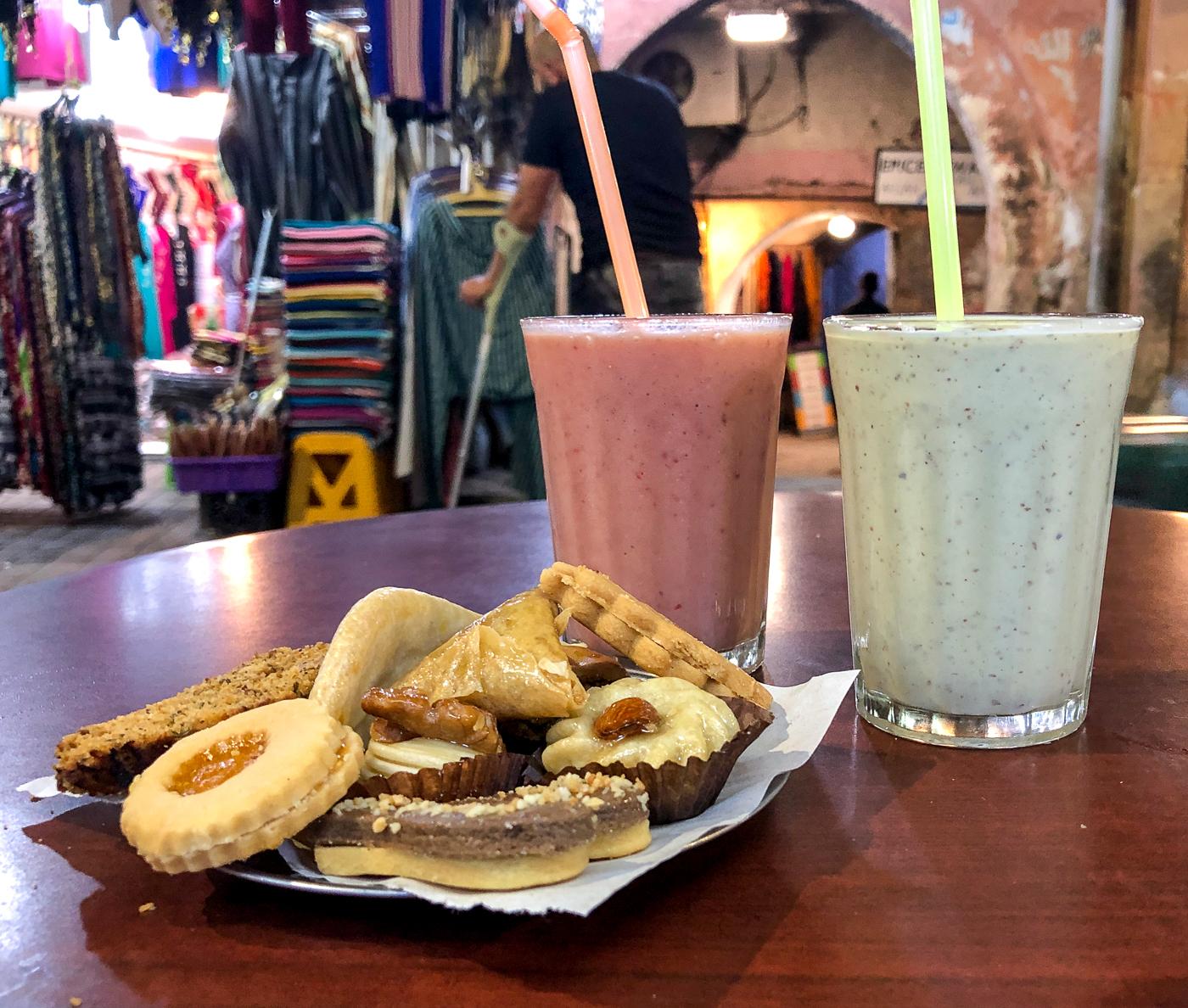 Biscuits et pâtisseries du Maroc avec smoothies