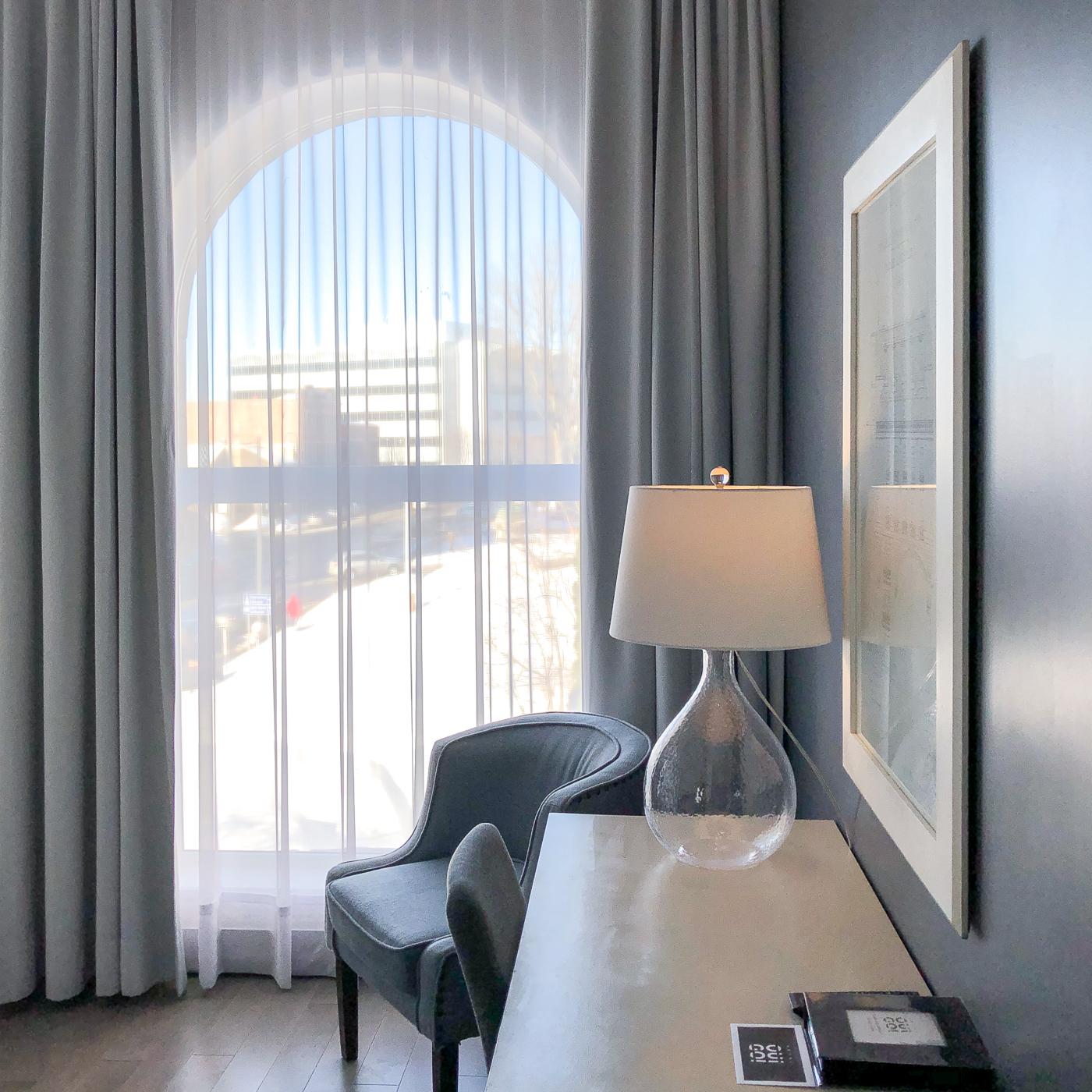 Chambre et fenêtre lumineuse de l'Hôtel OuiGO