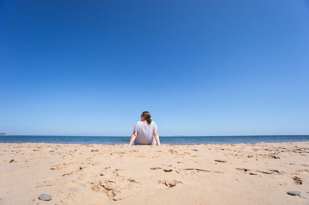 Jennifer à la plage des îles de la Madeleine, Cap-aux-Meules