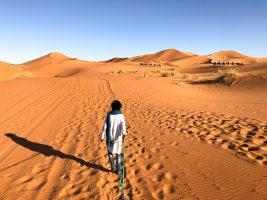Berbère/Touareg dans le désert du Sahara au coucher de soleil de Merzouga