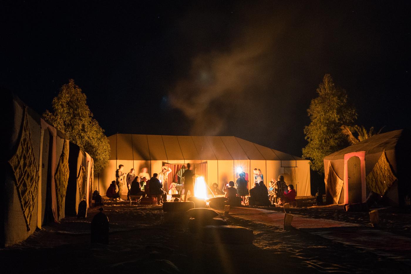 Chants berbères et feu de camp dans le désert du Sahara