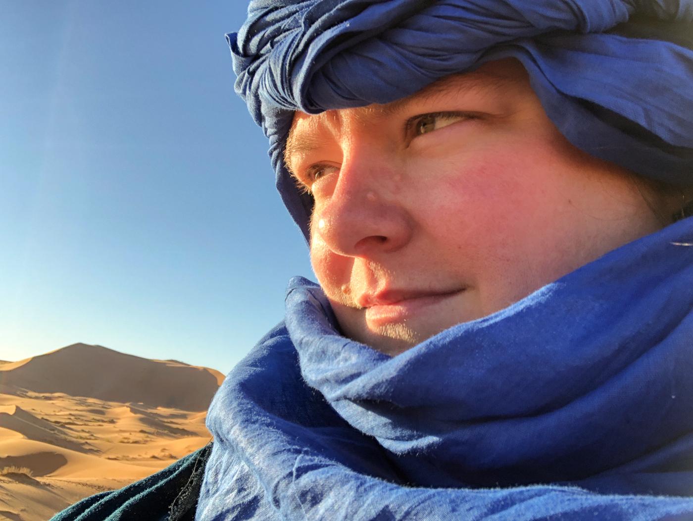 Jennifer avec chèche berbère dans le désert et les dunes du Sahara
