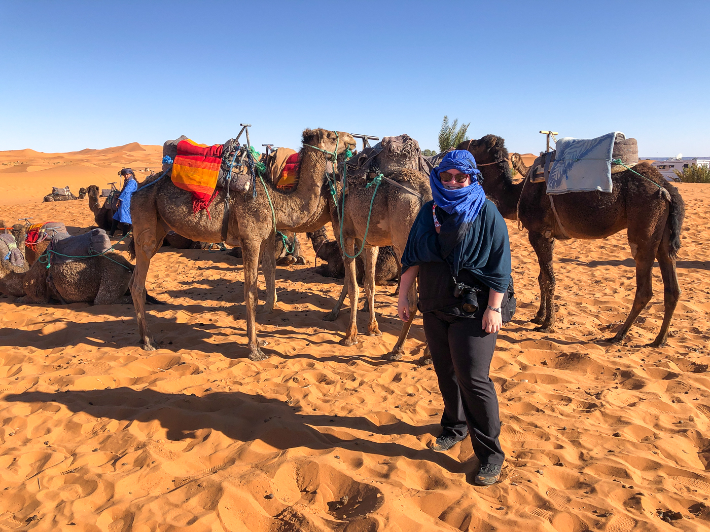 Jennifer avec dromadaires-chameaux vers le bivouac Azawad dans le Sahara