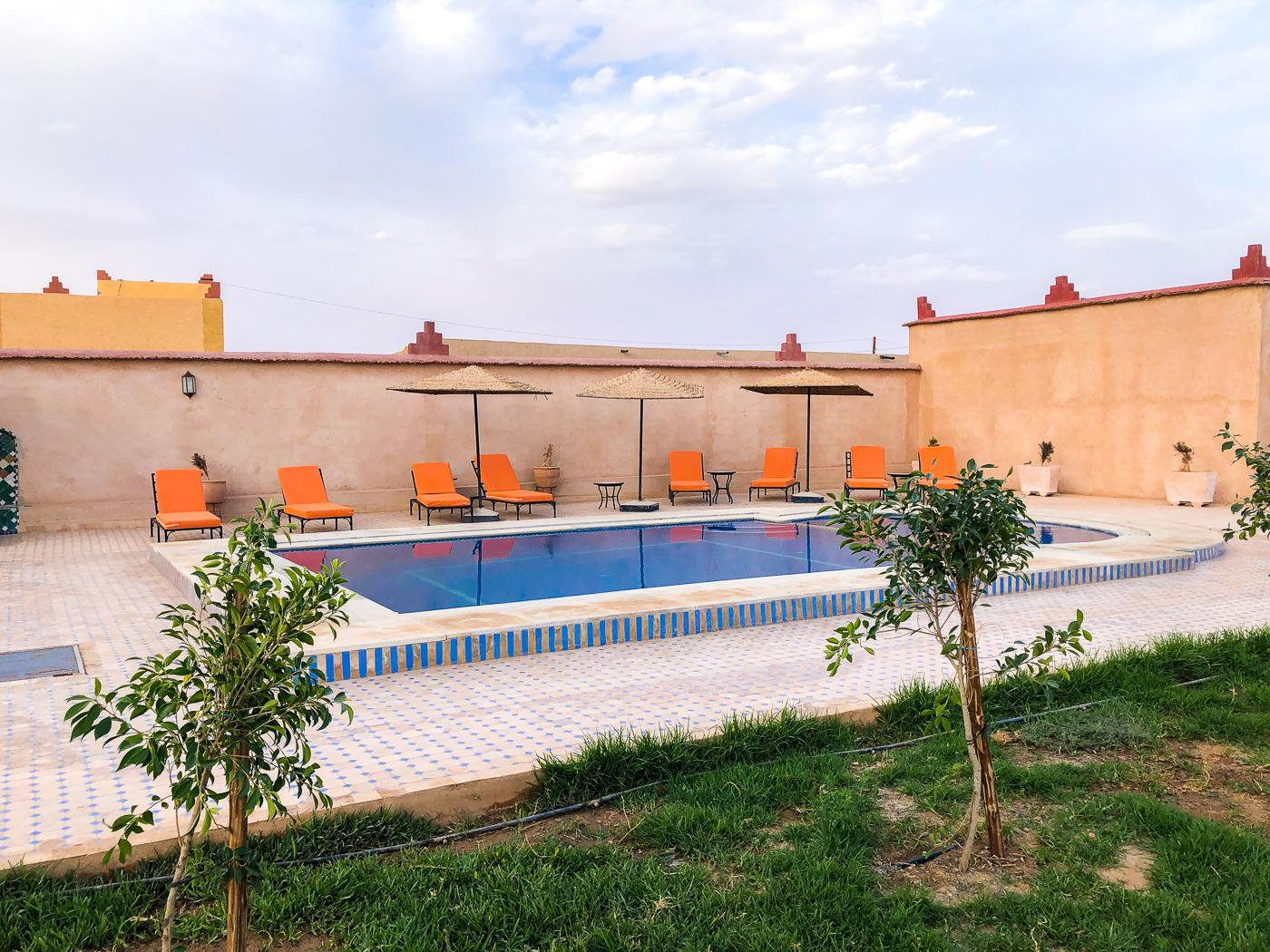 Piscine au Riad Azawad de Merzouga au Maroc