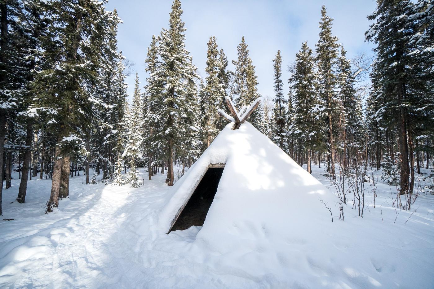 Tipi enneigé au Long Ago People's Place - à visiter à Champagne, Yukon