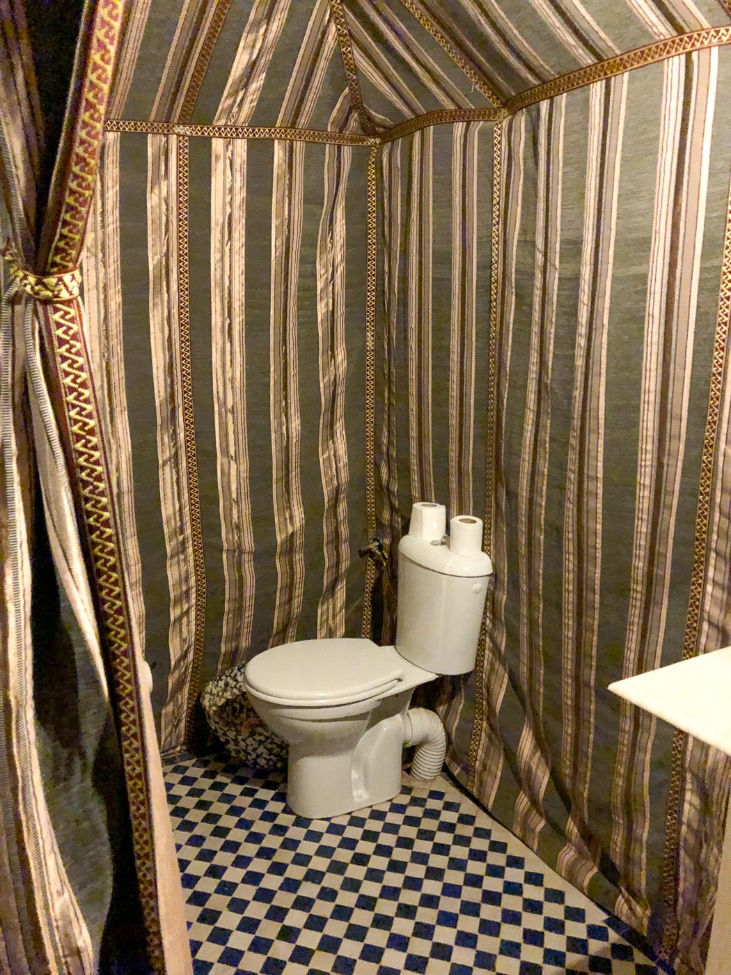Toilette dans le bivouac du désert marocain