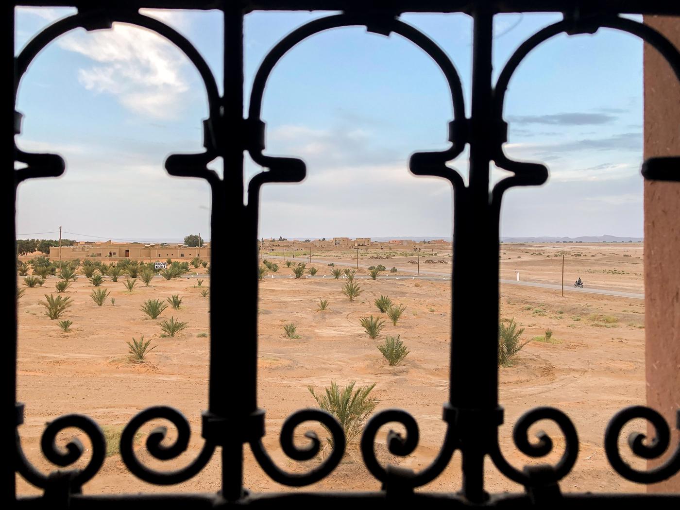 Vue du Riad Azawad dans le désert du Sahara au Maroc - Merzouga