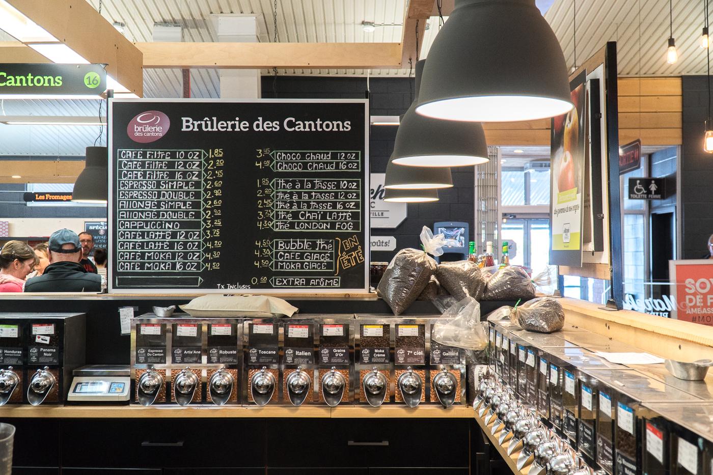 Affiche de prix de cafés à la Brûlerie des cantons au marché de Drummondville