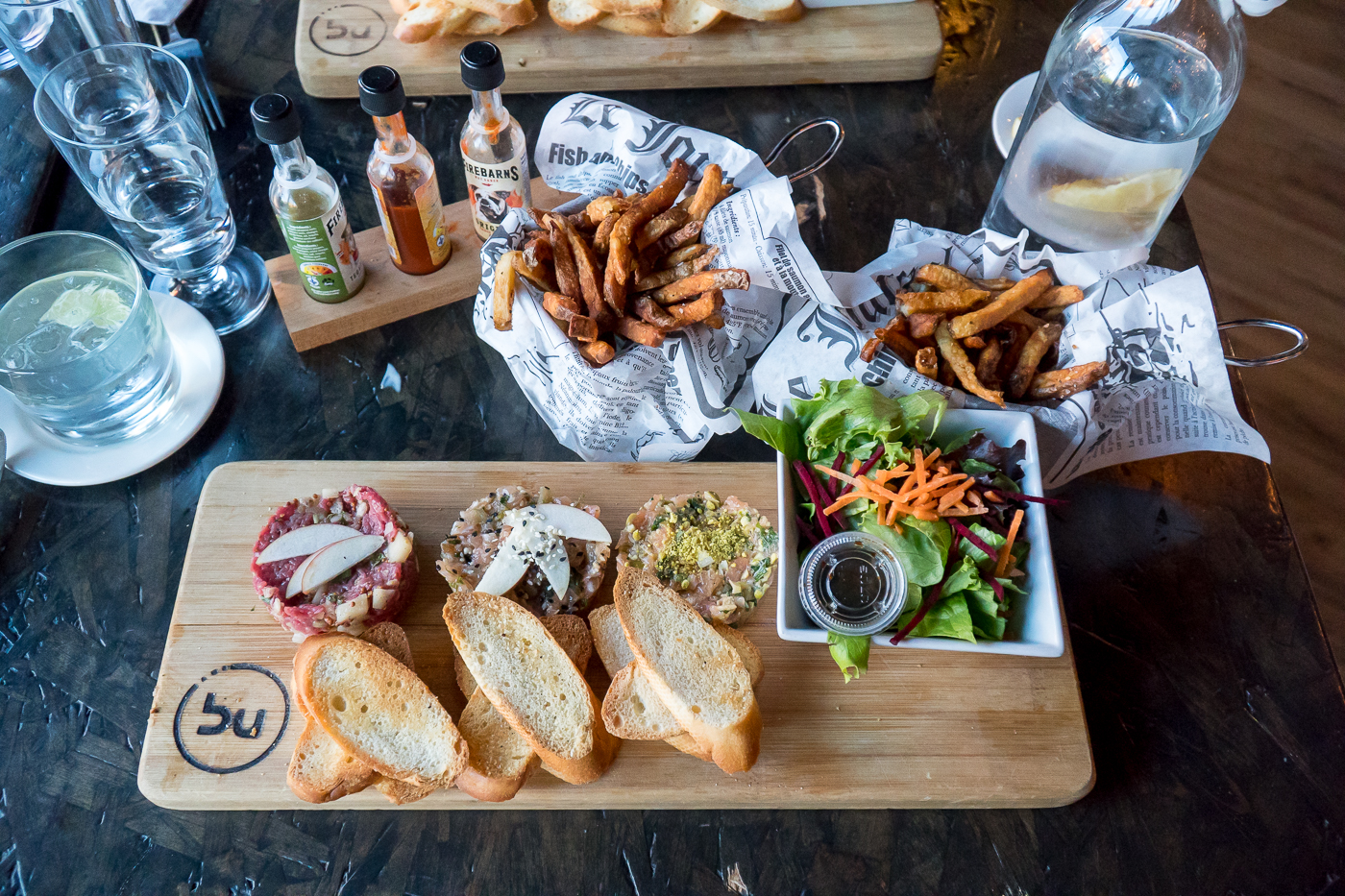 Assiette de trio de tartares et frites de l'Établi Brasserie Urbaine