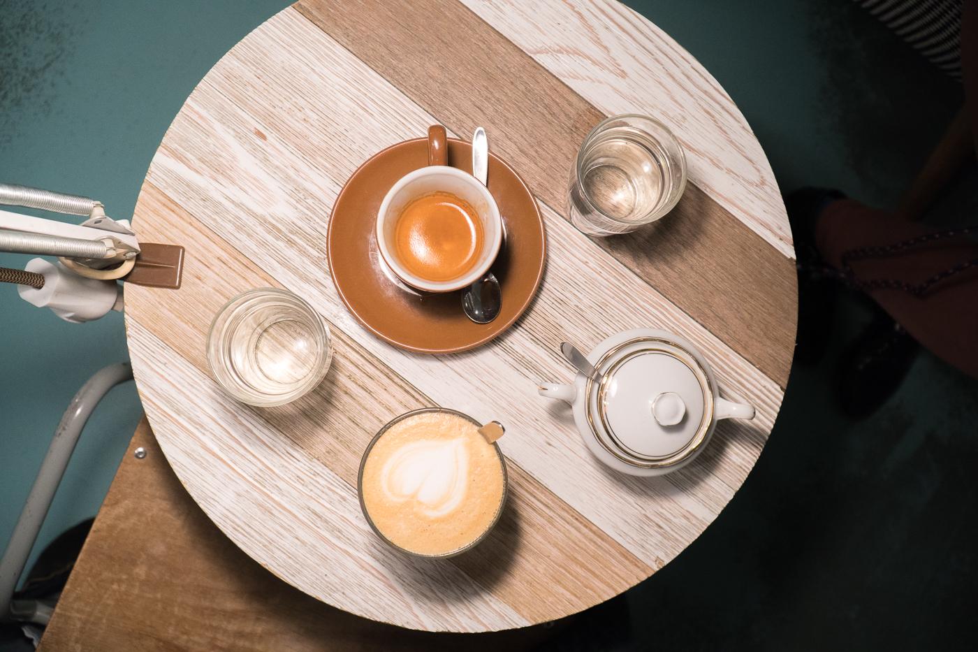 Cafés sur la table au Buna à Graz