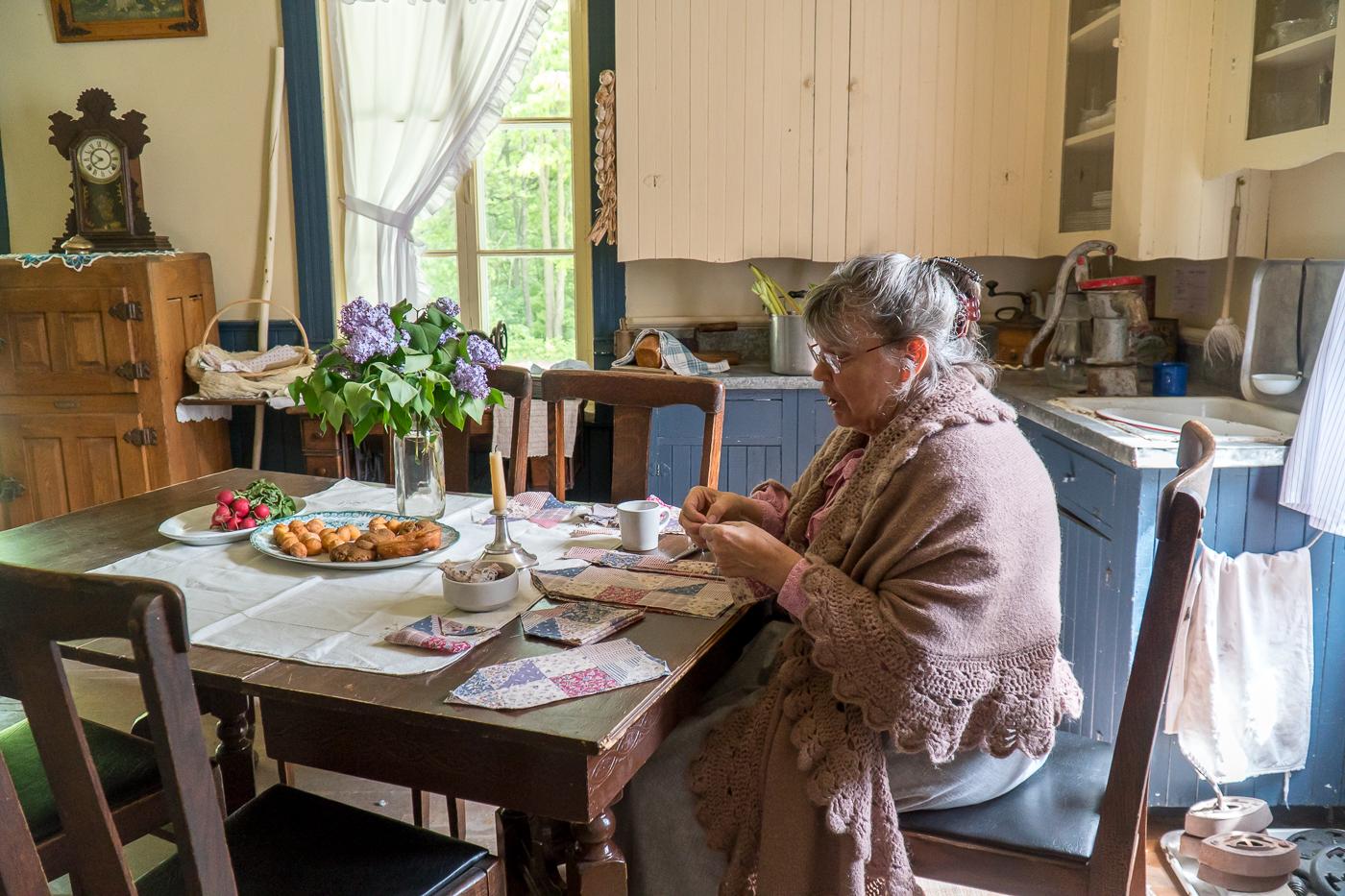 Dame qui explique l'histoire du village québécois d'antan