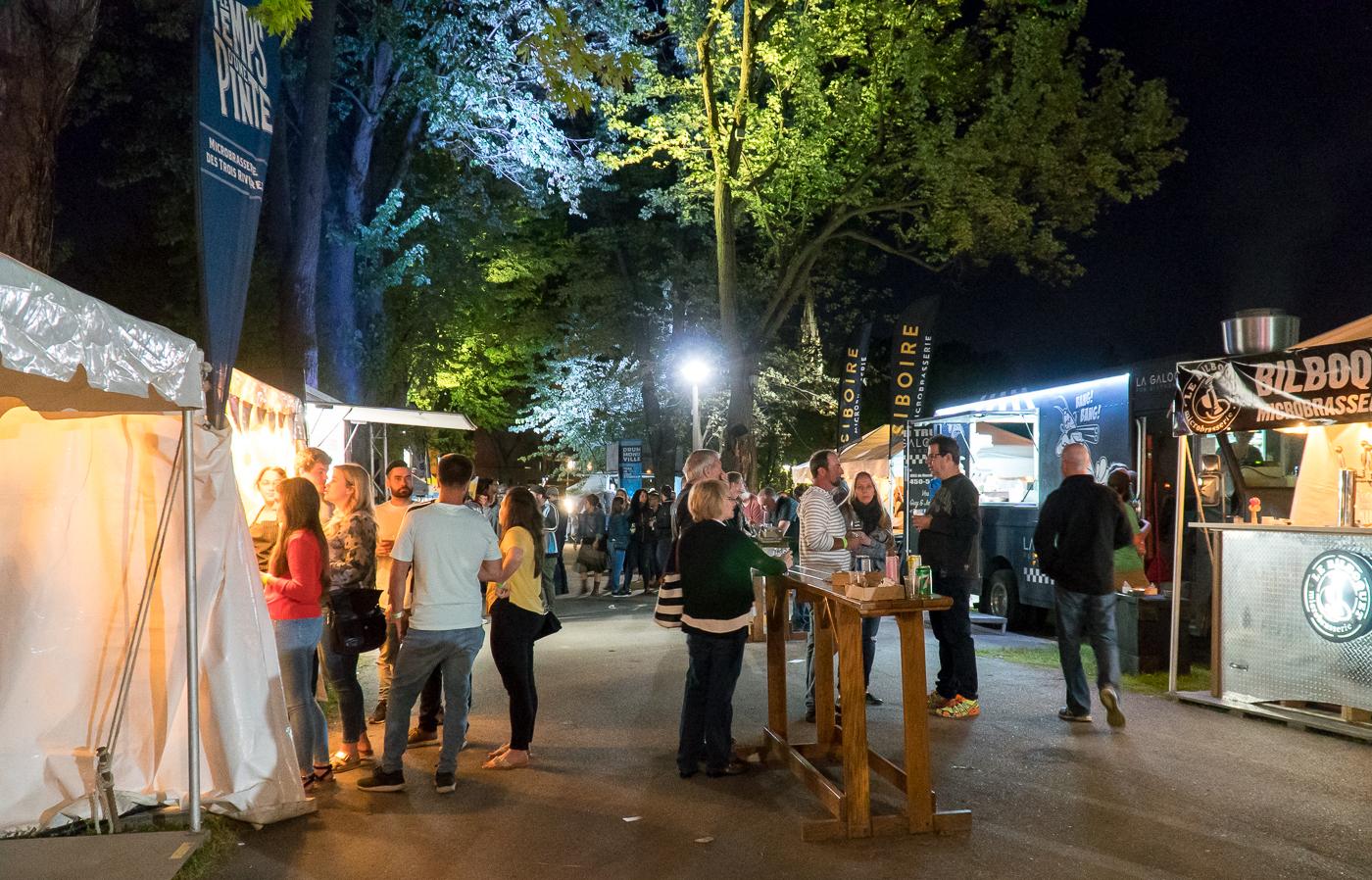 Gens qui boivent au festival de Drummond en bière