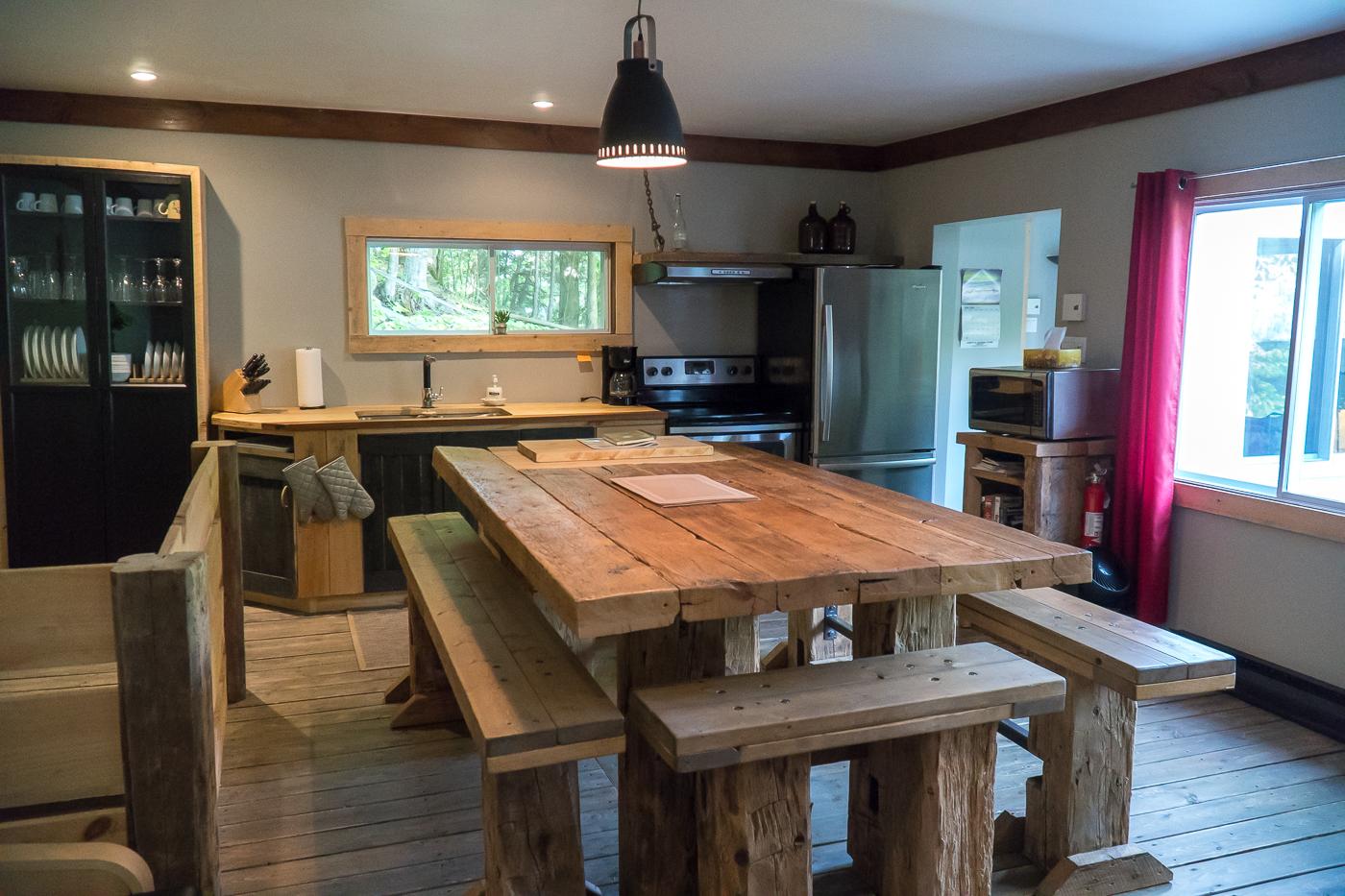 Intérieur et salle à manger/cuisine des Chalets Howard des Cantons-de-l'Est