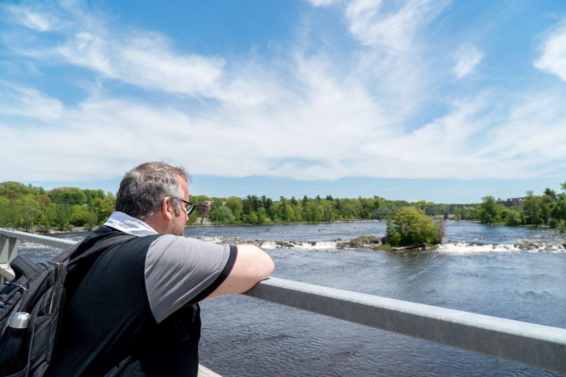 Jérôme sur le pont de Drummondville avec vue sur la rivière