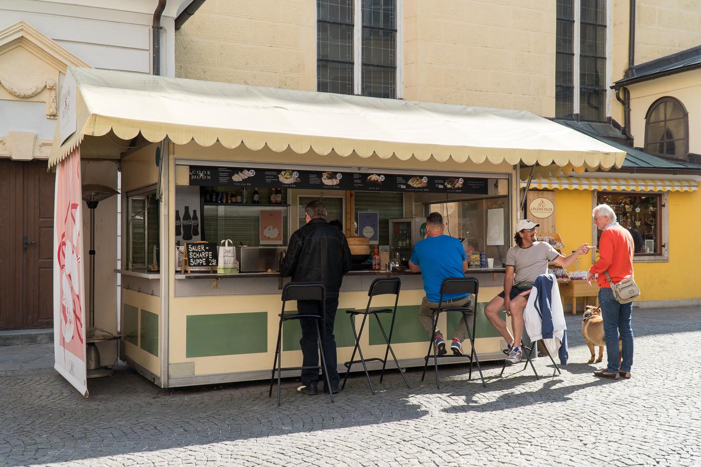 Kiosque de street food dumplings à Graz