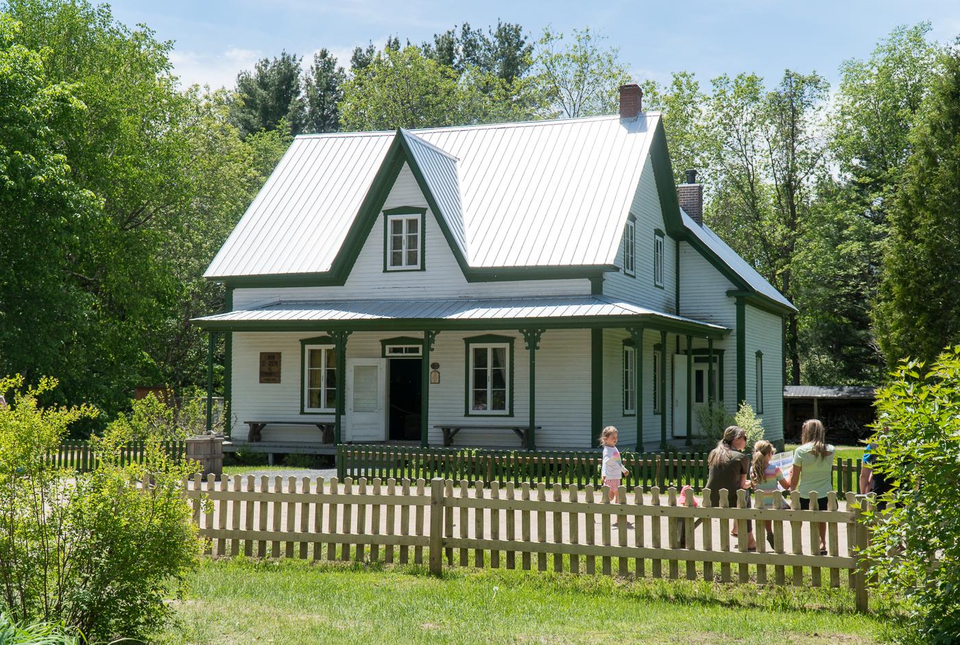 Maison ancestrale au village québécois d'antan