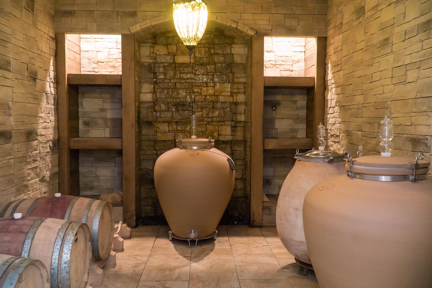 Salle de chais du Coteau des artisans avec les premiers amphores au Québec