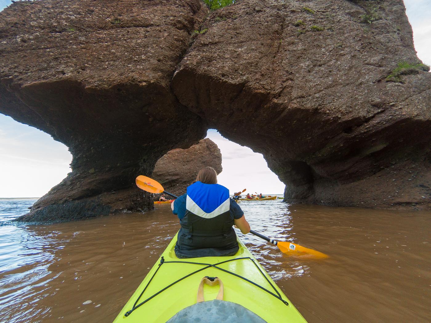 En kayak sous l'arche de la baie de Fundy