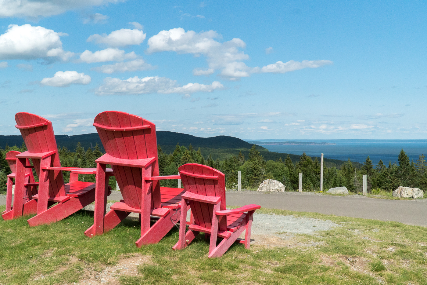 Chaises rouges au parc national Fundy à Alma, Nouveau-Brunswick
