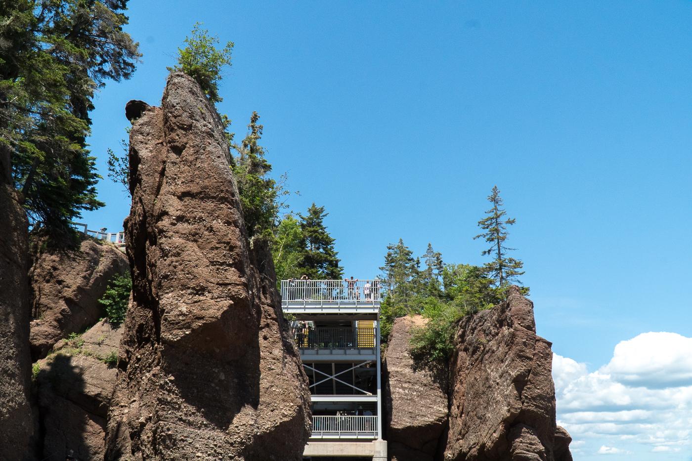 Escalier belvédère à Hopewell Rocks de baie de Fundy