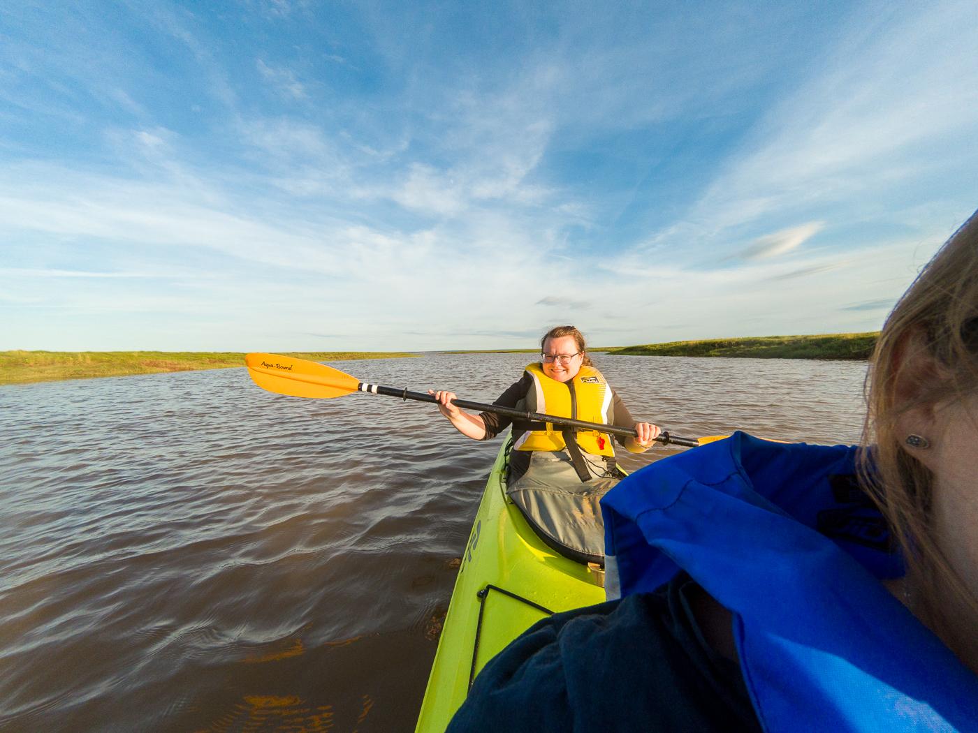 Jennifer avec pagaie à l'arrière du kayak