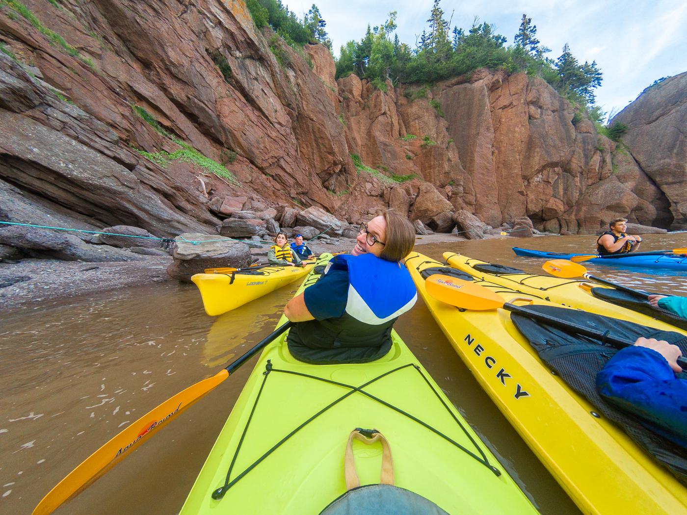 Maude en kayak avec groupe de kayakistes dans la baie de Fundy