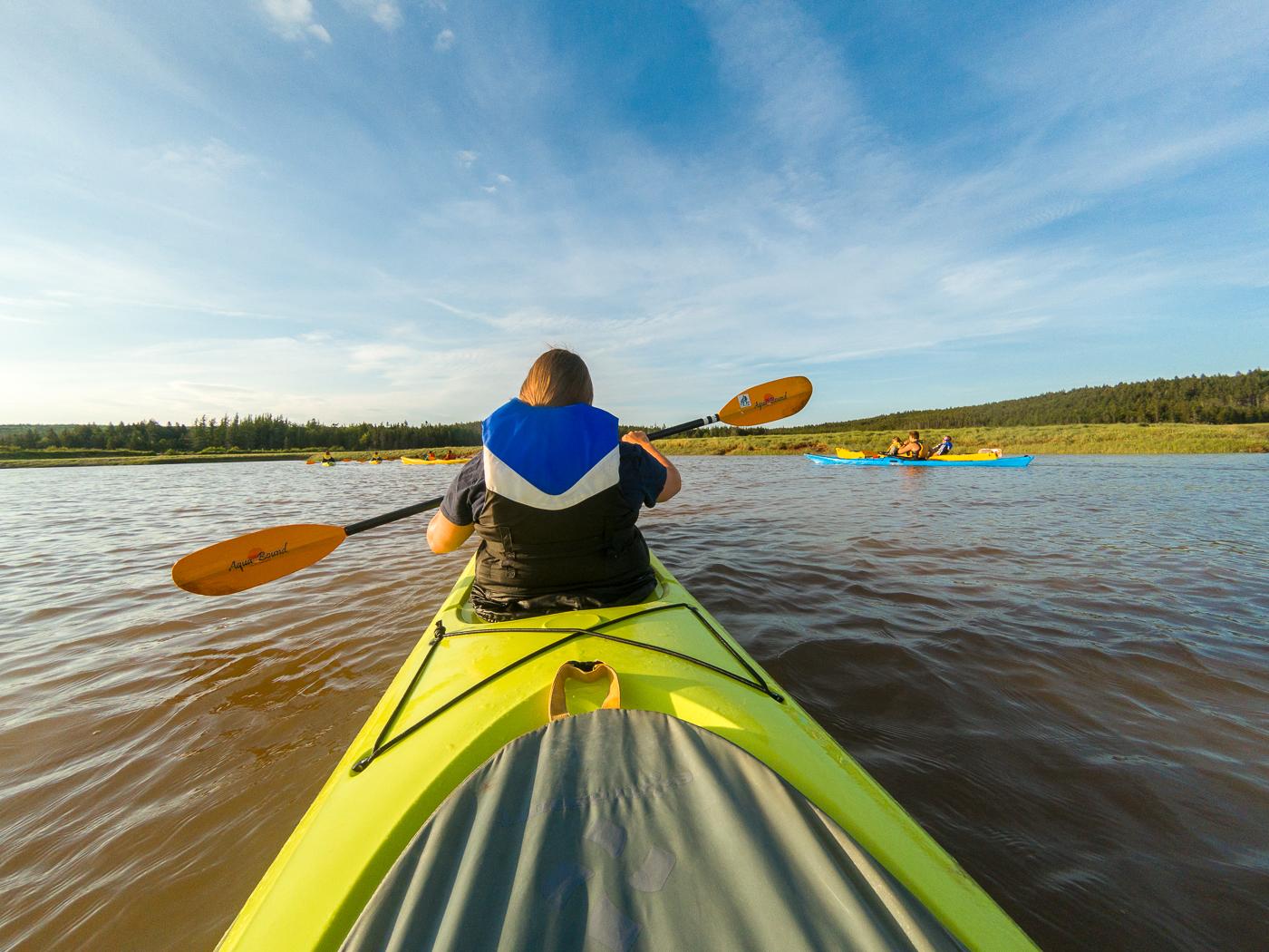 Maude en kayak dans marais - Nouveau-Brunswick