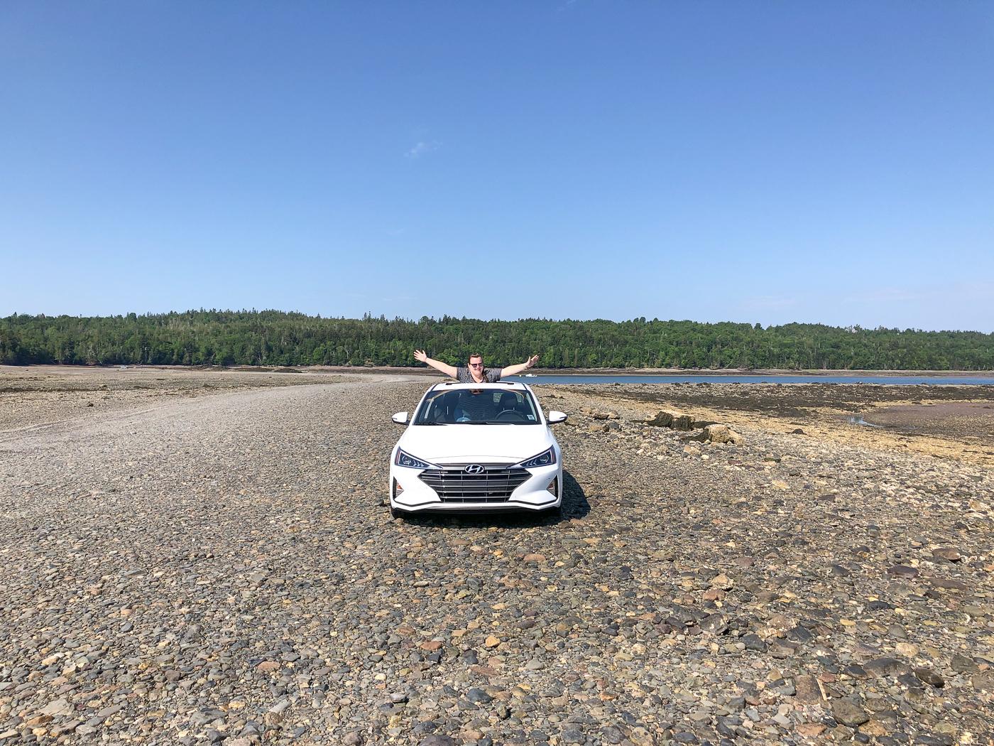 Voiture sur le fond de la baie de Fundy à marée basse - Traversée vers Minister's Island