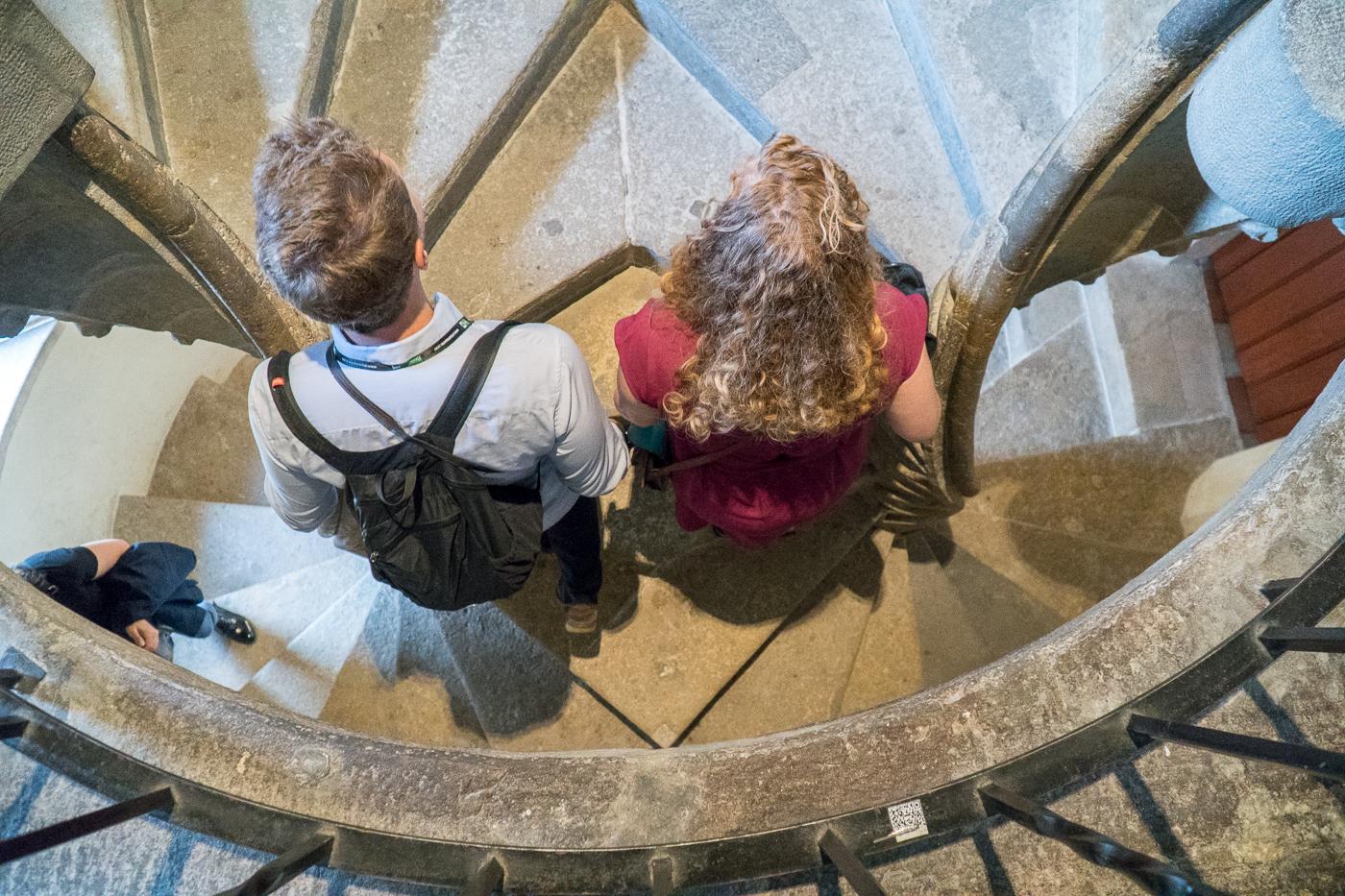 Deux personnes dans l'escalier double en colimaçon Doppelwendeltreppe au Burg de Graz