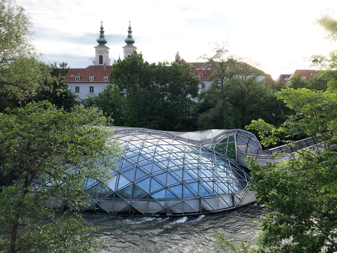 La fausse île Murinsel vue du bord de la rivière Mur à Graz