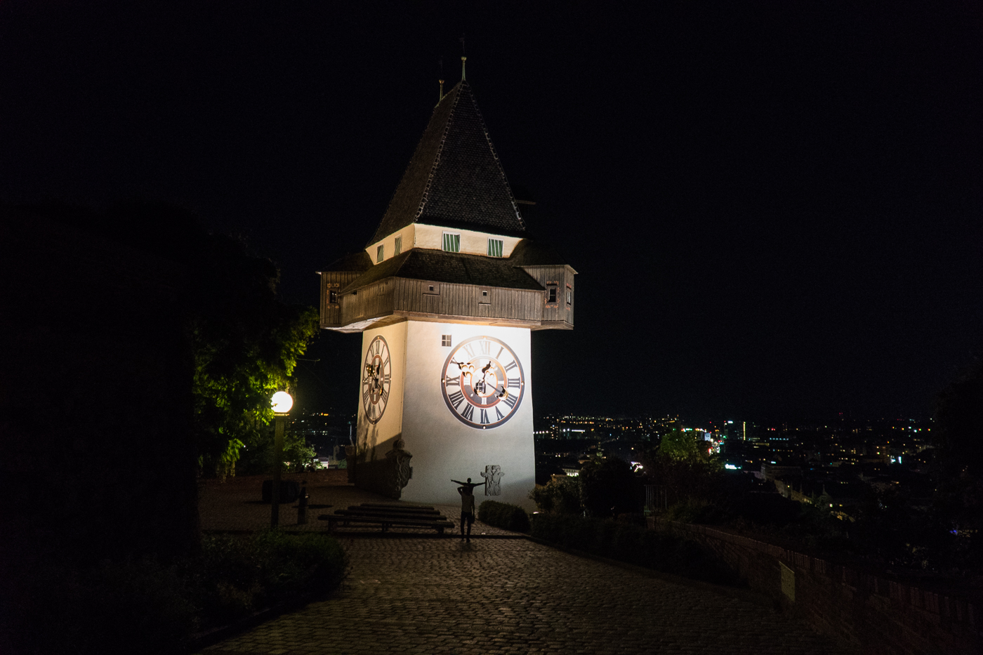 Panorama du Schlossberg au Uhrturm de Graz la nuit