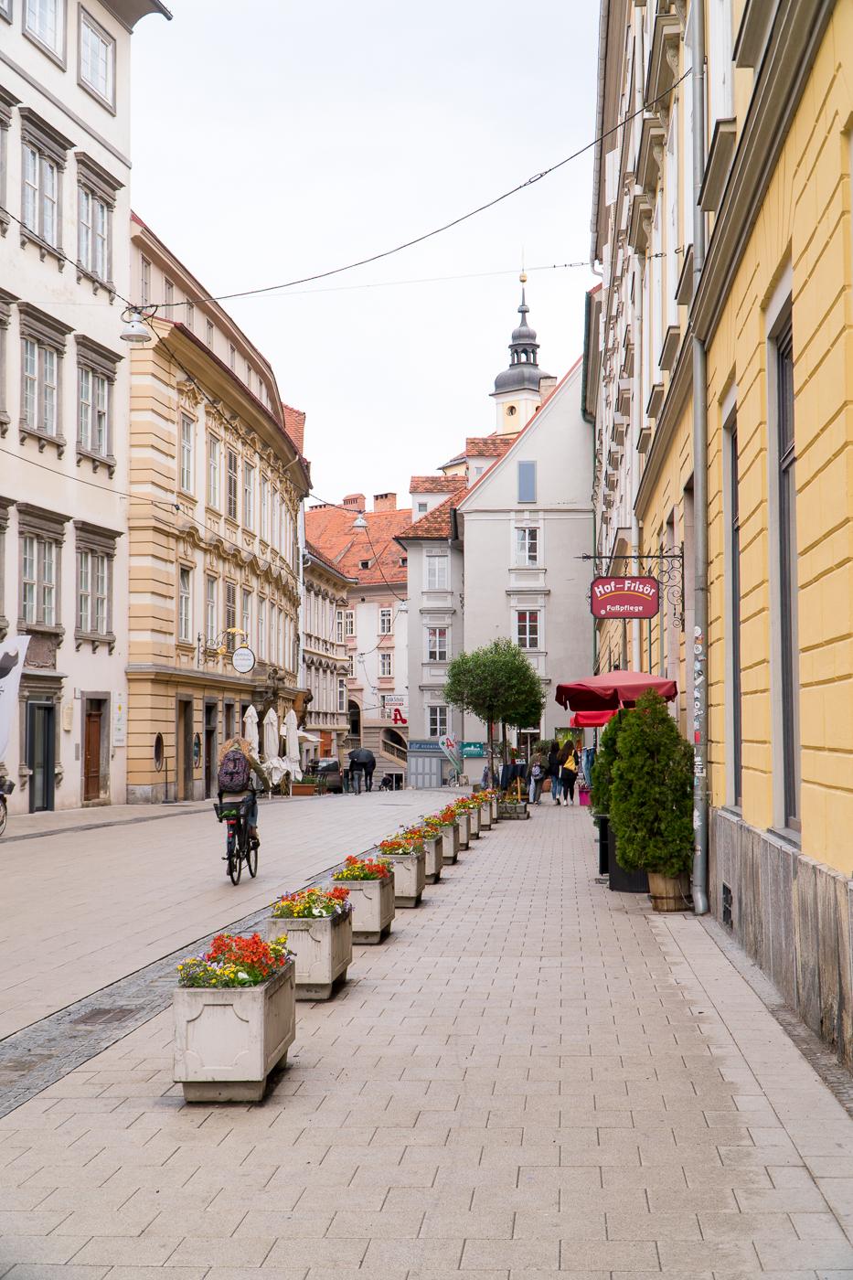 Personne à vélo dans la rue de Graz en Autriche