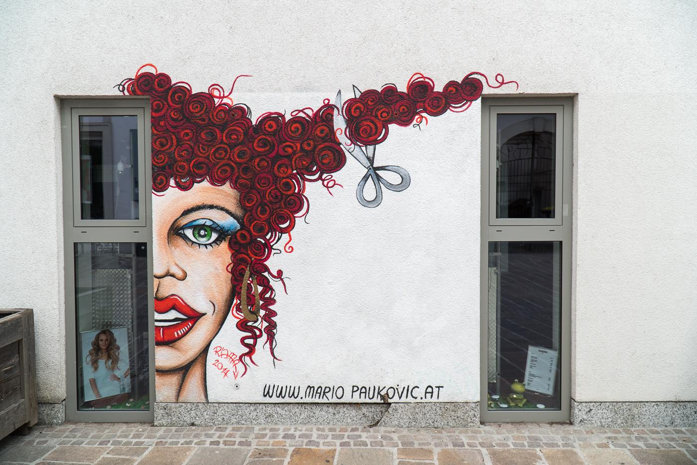 Street art de fille aux cheveux rouges dans le quartier de Lend