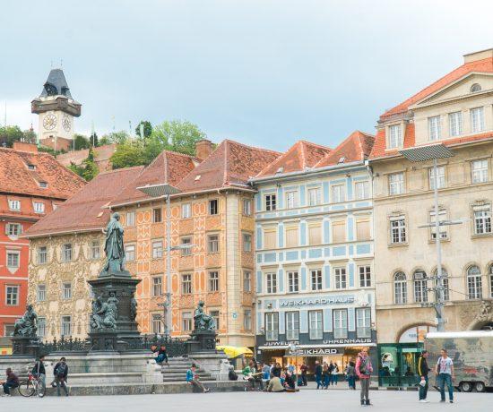 Vue sur le Schlossberg et la Hauptplatz de Graz en Autriche