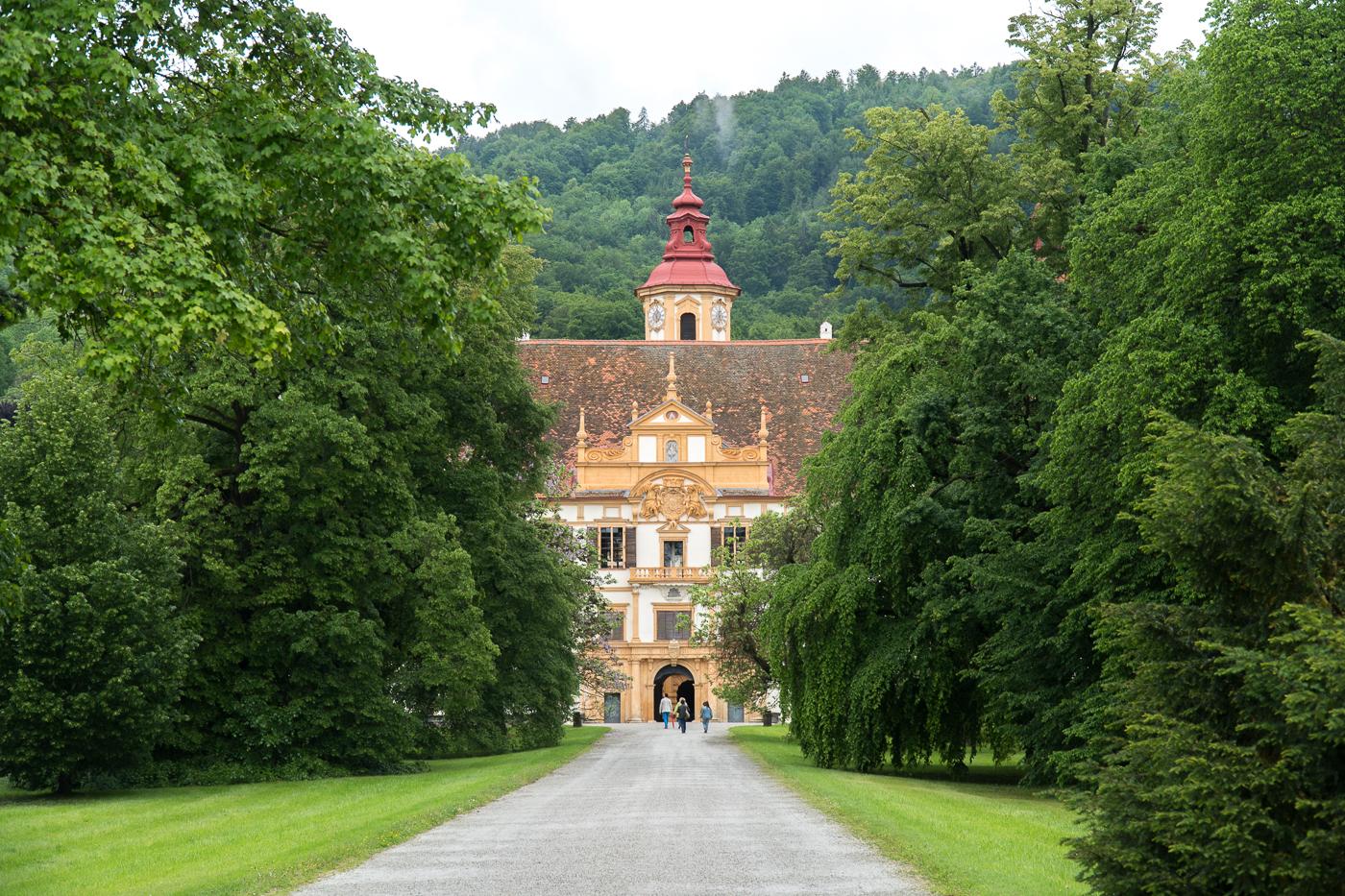 Allée menant au Château Eggenberg Schloss près de Graz