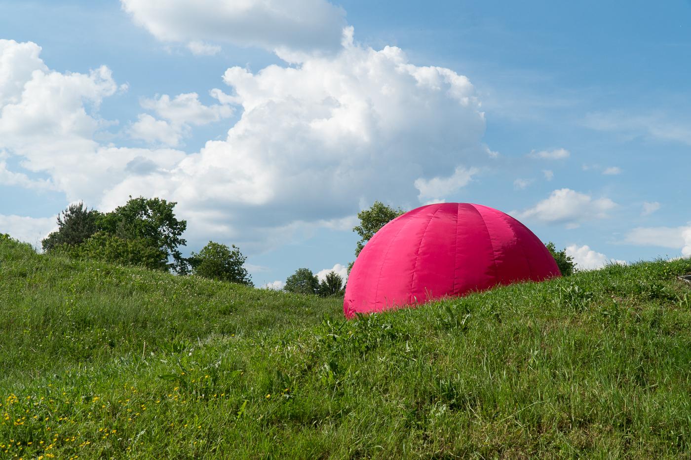 Art moderne, boule rose qui gonfle